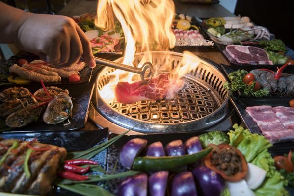 Nướng nóng hổi ngay trên bàn ăn