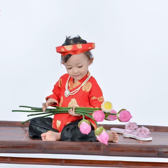 Chụp ảnh áo dài cho bé và gia đình tại Fuji Studio