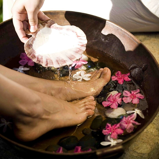 Massage, bấm huyệt chân & body kết hợp đá nóng 60' Sofia Spa