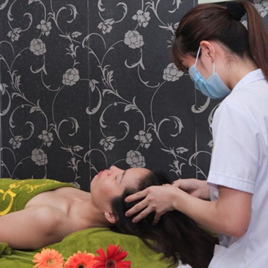 Massage body chạy đá nóng kết hợp bấm huyệt đả thông kinh lạc tại Gemma Spa