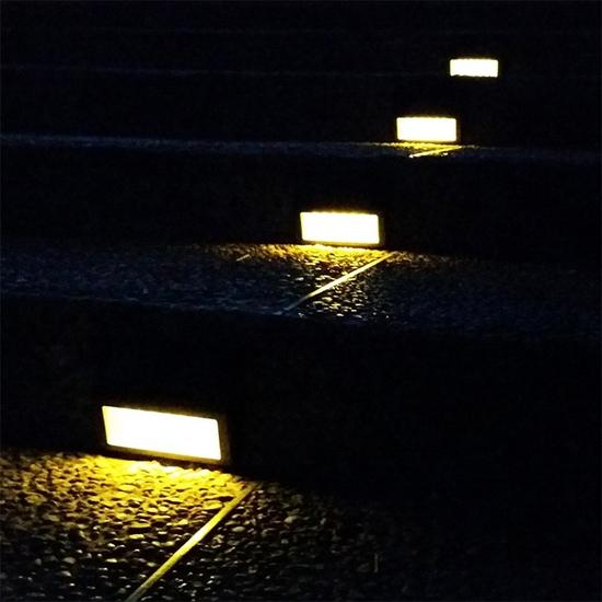 Đèn chiếu sáng năng lượng mặt trời tam giác 5 bóng led sáng