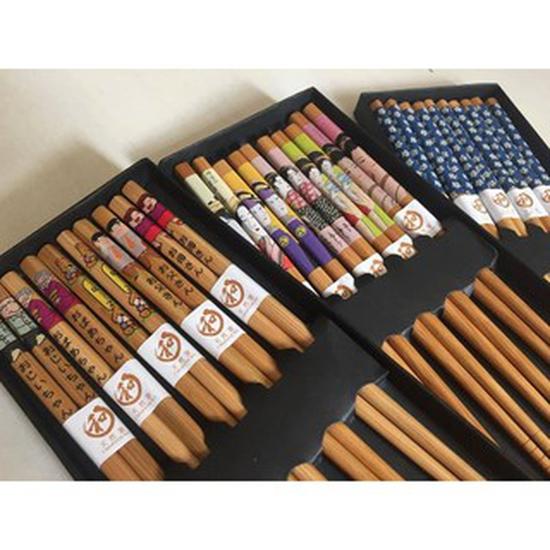 Hộp 5 đôi đũa kimono tráng thủy tinh sang trọng