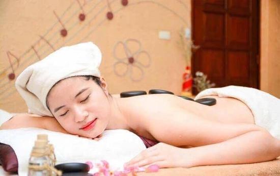 Massage body đá nóng kết hợp xoa bóp bấm huyệt toàn thân tại Gai A Spa Mộc Trà
