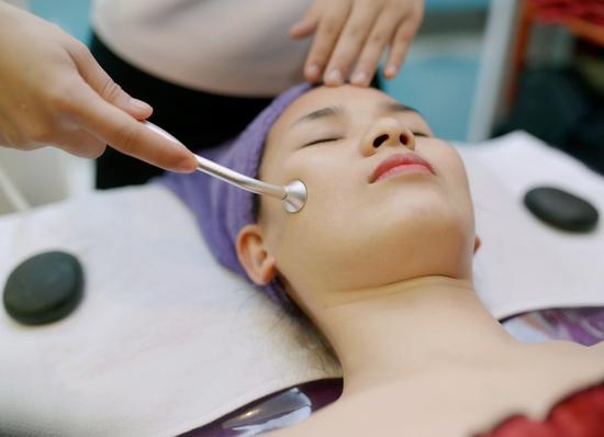 Chăm sóc da mặt, massage đá nóng tại Doctor Spa