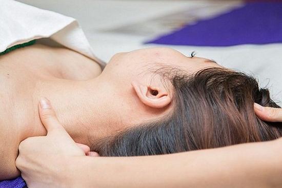 Gội đầu dưỡng sinh kết hợp chạy tinh dầu đá nóng, massage cổ, vai, gáy tại Queen Spa
