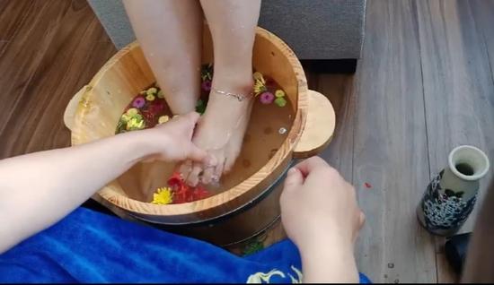 Massage kết hợp ngâm chân giúp mẹ bầu thư giãn tại nhà - Mama & Baby Spa