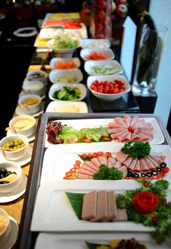 Buffet trưa nhiều món ngon, đặc sản dân tộc tại Khách sạn La Belle Vie