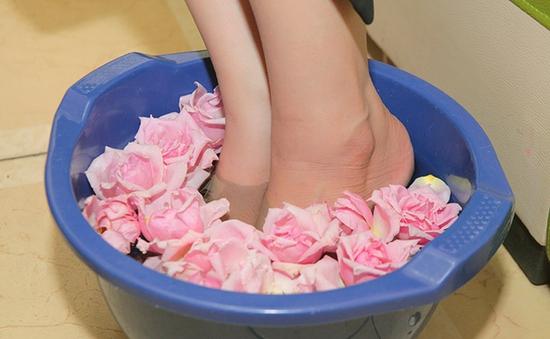 Massage Body (tặng ngâm chân đá muối) hoặc Chăm sóc da mặt chuyên sâu (tặng Massage cổ/vai/gáy)