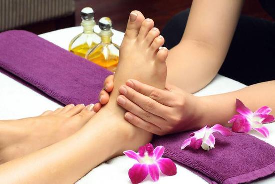 Combo 2 dịch vụ Massage chân +ngâm chân thảo dược tại Sun Spa