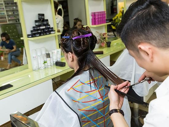 Combo Cắt + Gội + Sấy tạo kiểu dành riêng cho phái đẹp tại Long Nguyễn Hair Salon