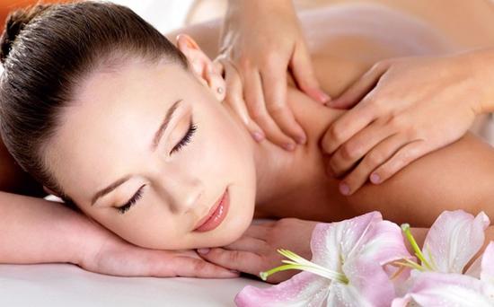 Massage body với tinh dầu đá nóng tại Sunrise Cosmetics &Spa